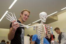 KL-Studierender und Skelett