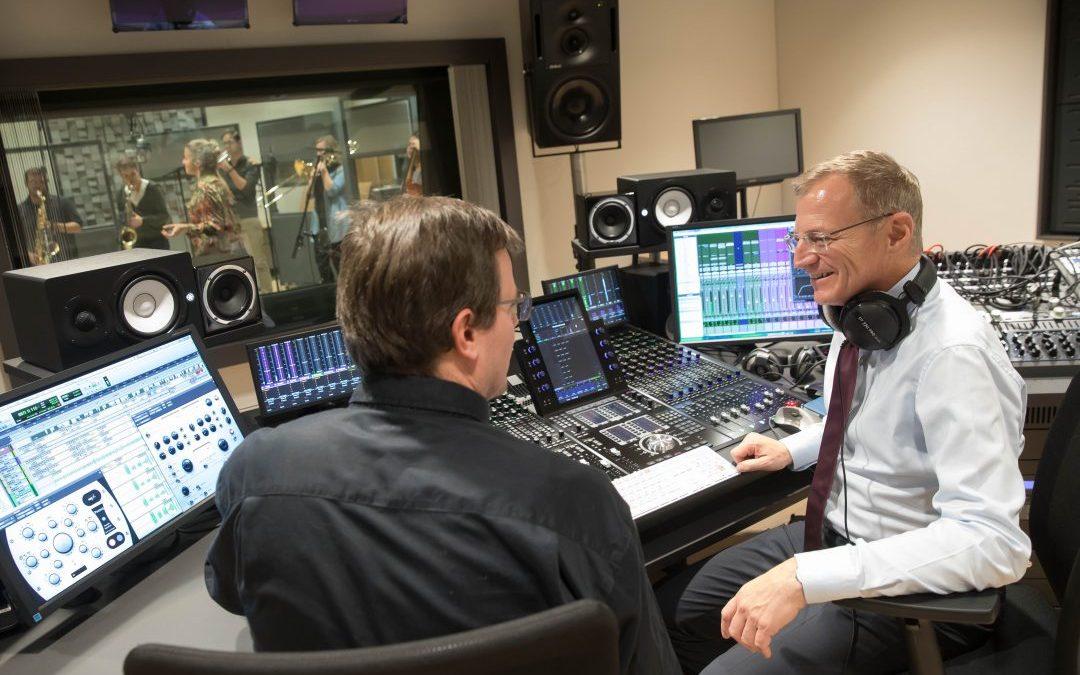 LH Thomas Stelzer gratuliert Bruckner University Big Band zur ersten CD